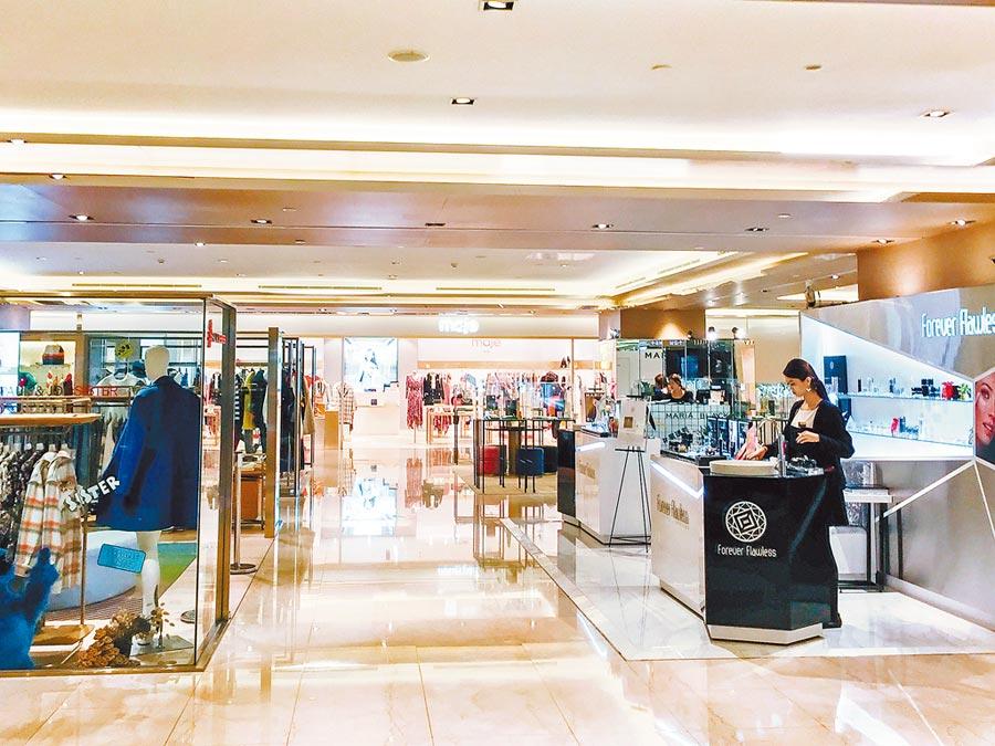 新冠肺炎重創零售百貨業,微風集團12日傳出裁員3成,櫃姐、服務員無奈面對空蕩蕩的商場。(郭吉銓攝)