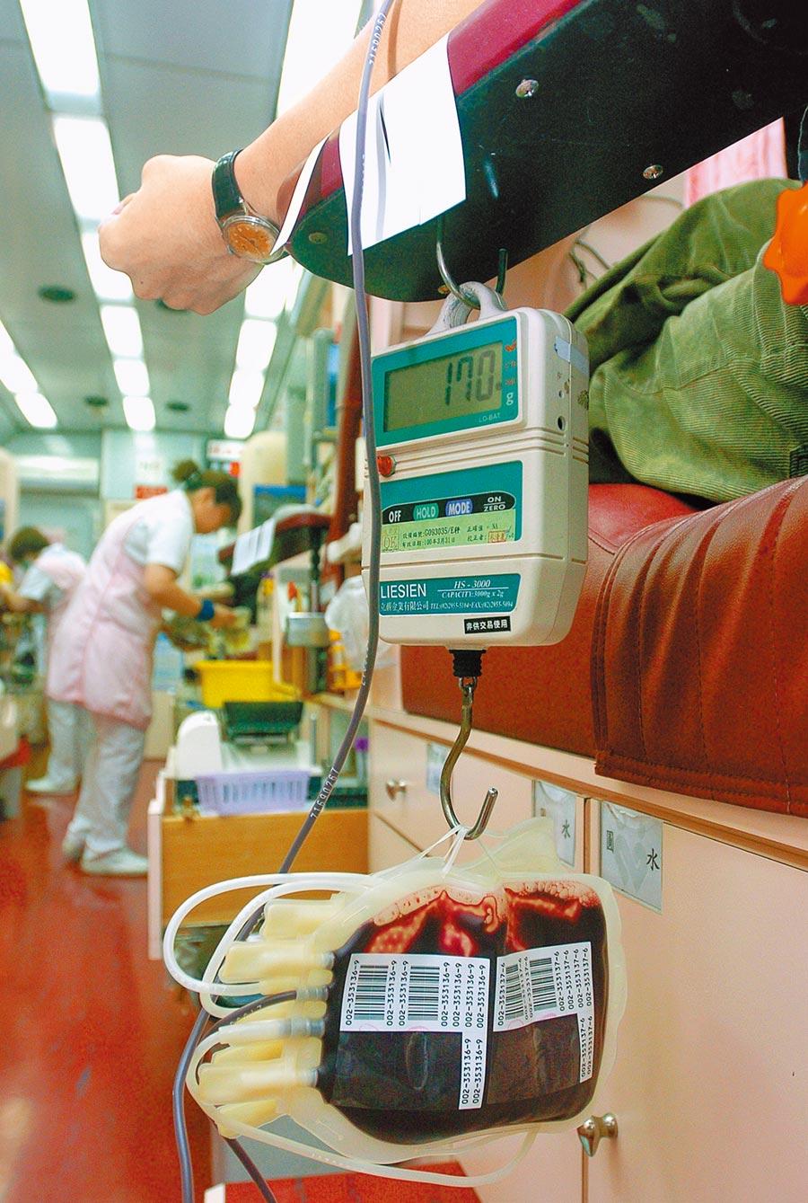 中央流行疫情指揮中心除將大陸、香港、澳門列為三級警告旅遊區外,新增新加坡為二級警示旅遊區,為考量用血安全,血液基金會公告自即日起,凡近期曾到訪中、港、澳及新加坡的民眾,需於離開該地區後暫緩捐血28天。(本報資料照片)