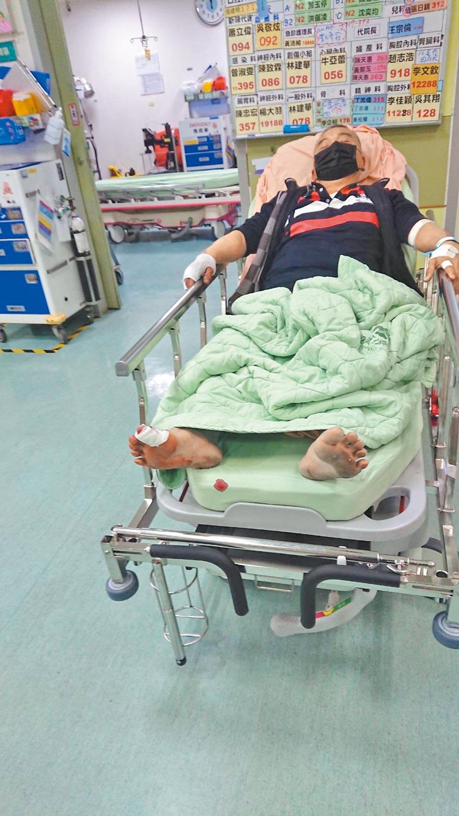 楊四海被暴打成傷,送往醫院急救,經檢查發現右側遠端腓骨骨折,全身多處擦傷。(芳苑反火化場自救會提供/吳建輝彰化傳真)