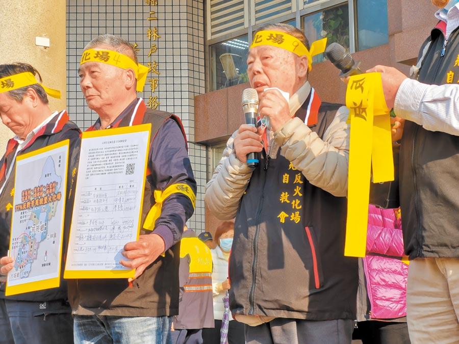 楊四海(左二)日前才與自救會幹部,帶領上百位鄉民到公所及縣府抗議。(本報資料照片)