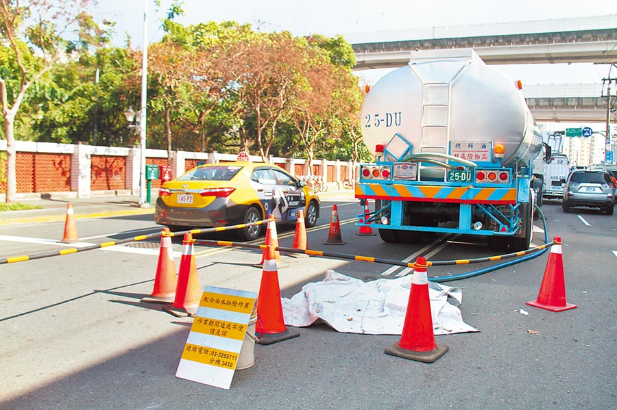 中油公司位於北市內湖區新明路的油管8日發生漏油,中油已抽出9萬公升油水,但仍未找出漏油點。(譚宇哲攝)