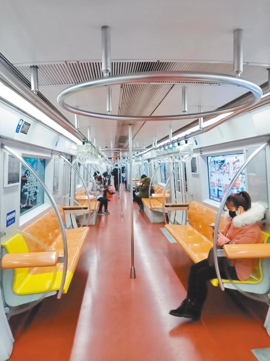北京復工首日,但因許多企業繼續延期開工或採在家辦公,地鐵人稀少。(記者陳君碩攝)