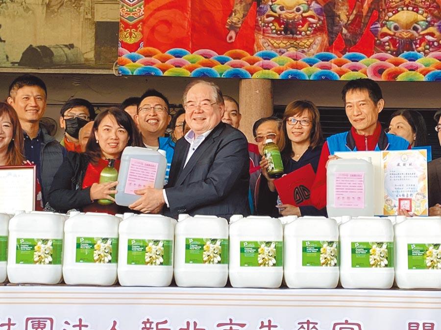 新北市三重區先嗇宮12日由董事長李乾龍(中)代表慷慨贈送2000公斤洗手乳及6000公升次氯酸水給38所學校。(戴上容攝)