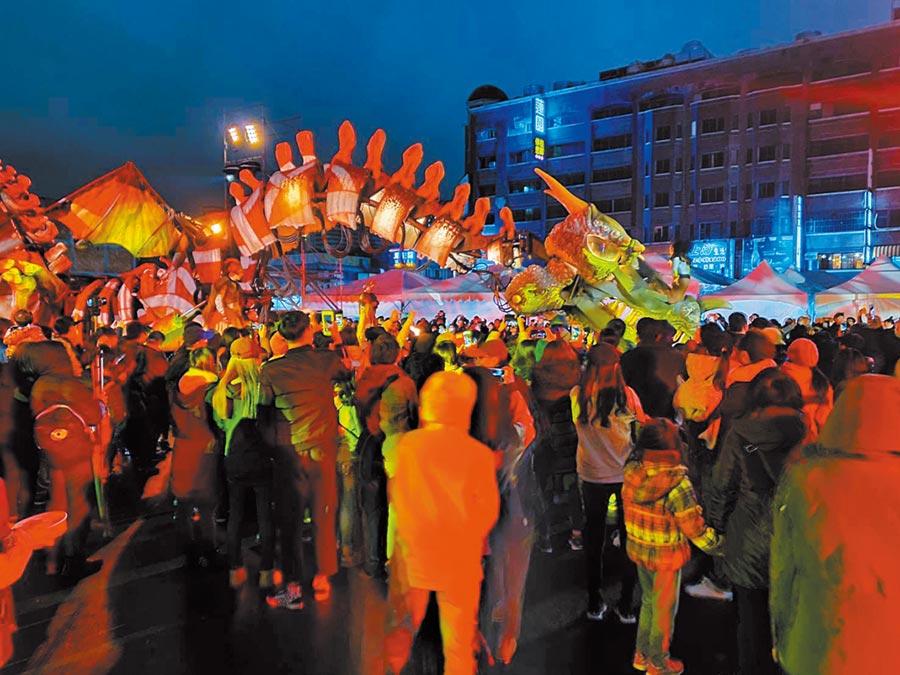 桃園燈會最受矚目活動光之巨龍秀,成功吸引人潮遊覽燈會。(呂筱蟬攝)