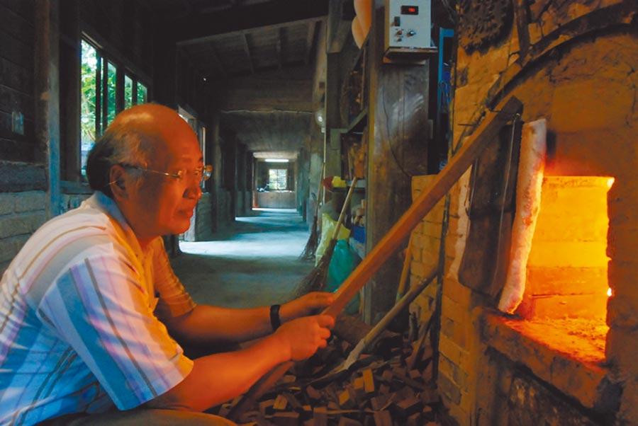 南投縣府將水里蛇窯「傳統柴窯燒成」登錄為傳統工藝,林國隆為技藝保存者。(林國隆提供/廖志晃南投傳真)