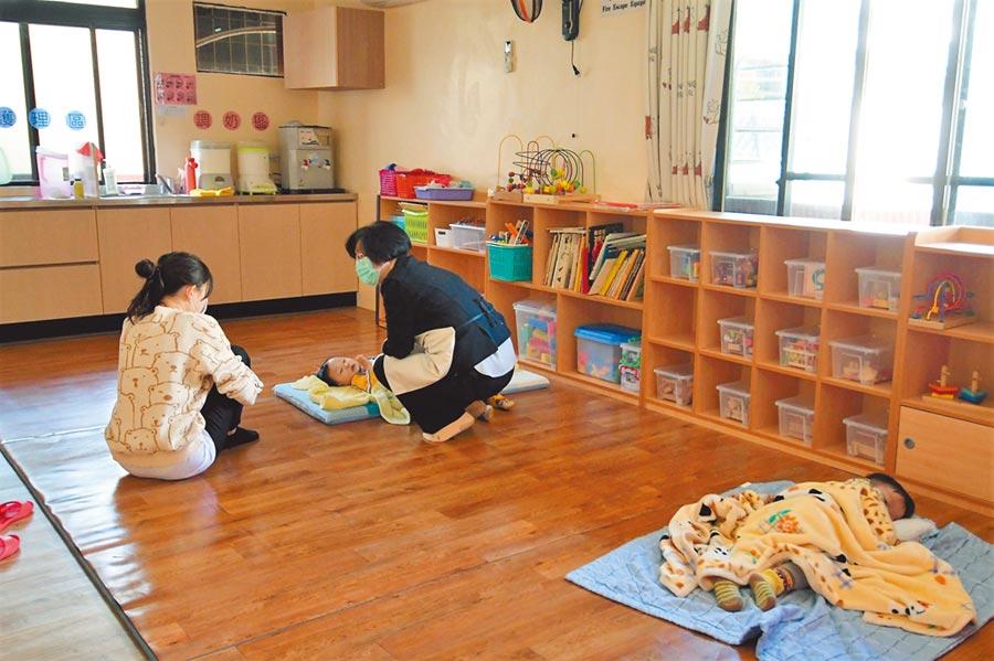 彰化縣長王惠美12日前往縣內托嬰中心巡視,指示社會處要求縣內42家托嬰中心,配合相關防疫措施與查核輔導,避免幼兒受感染危機。(吳建輝攝)