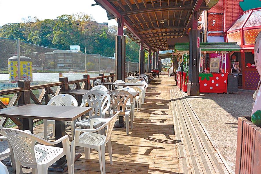 大湖酒莊後方休憩平台為木造材質,年久腐蝕有安全疑慮。(巫靜婷攝)