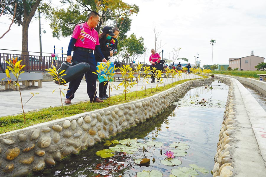 十四張圳水岸公園設置景觀池,流水潺潺並育養錦鯉等,為地方增加休憩綠地。(王文吉攝)