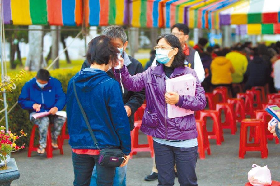 新冠肺炎疫情發生後,台南市至今已有600多例居家檢疫個案,不過,近日查獲2例居家檢疫個案「趴趴走」,圖為防疫人員為民眾測量額溫。(台南市衛生局提供/曹婷婷台南傳真)
