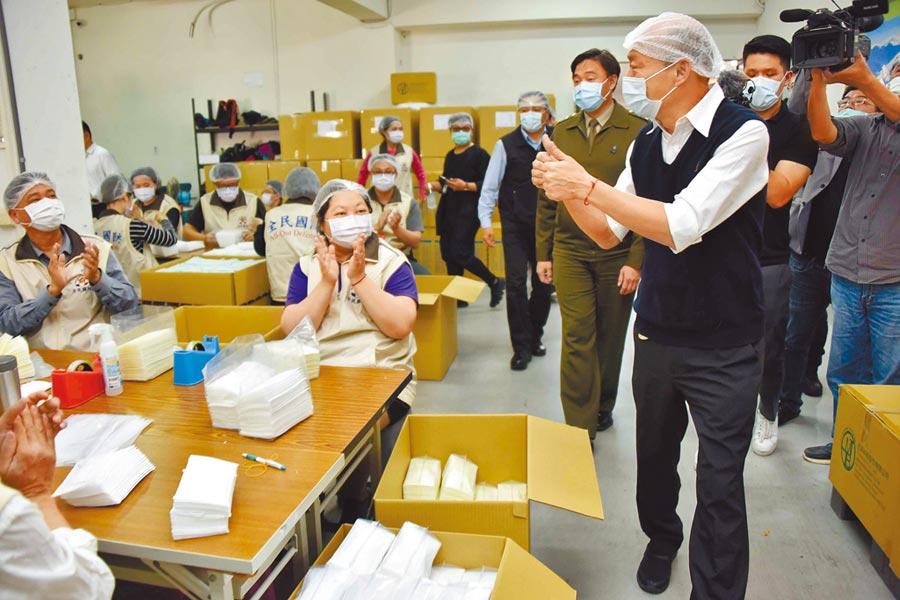 高雄巿長韓國瑜12日到淨新科技慰勞投入口罩生產的國軍弟兄,並了解口罩量產的情形。(高巿府新聞局提供/曹明正高雄傳真)