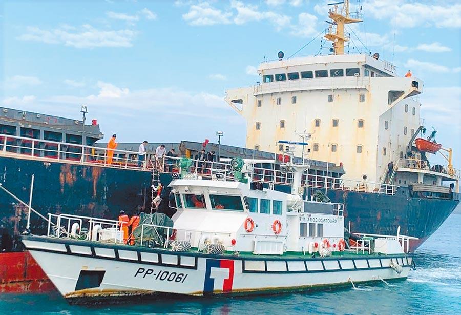 海巡署押解違法越界盜採海砂的大陸籍抽砂船移泊高雄公告拍賣。(陳可文攝)