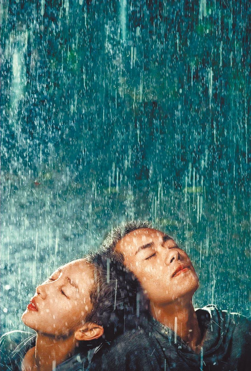 周冬雨(左)跟易烊千玺主演的《少年的你》是本届入围大赢家。 (摘自豆瓣)