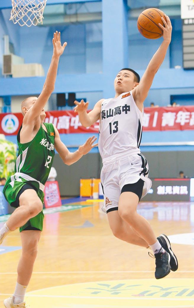 泰山高中劉丞勳(右)在HBL八強賽中表現佳,圖為對松山高中之戰他上籃得分。(資料照/鄭任南攝)