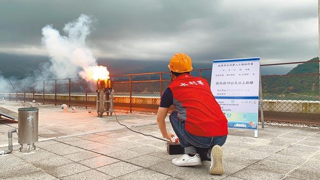 經濟部水利署人工增雨作業小組13日下午於曾文水庫啟動人工增雨作業。(南水局提供/劉秀芬台南傳真)