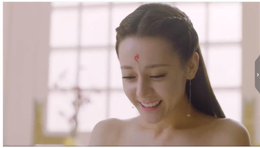 迪丽热巴昨晚上演美人泡澡,画面养眼。 (取自微博)