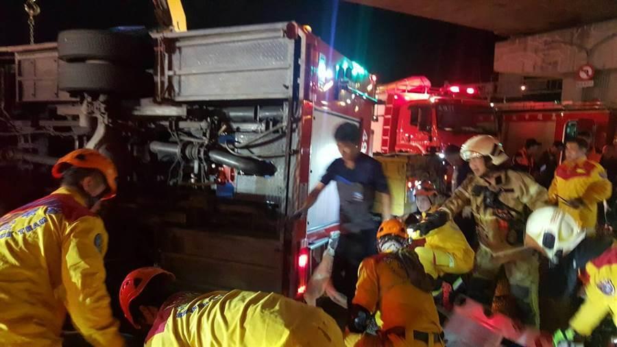 高市鳳祥分隊水箱車13日晚間執勤遭拖板車攔腰撞上,釀成消防員1死4人輕重傷意外。(高市消防局提供/柯宗緯高雄傳真)
