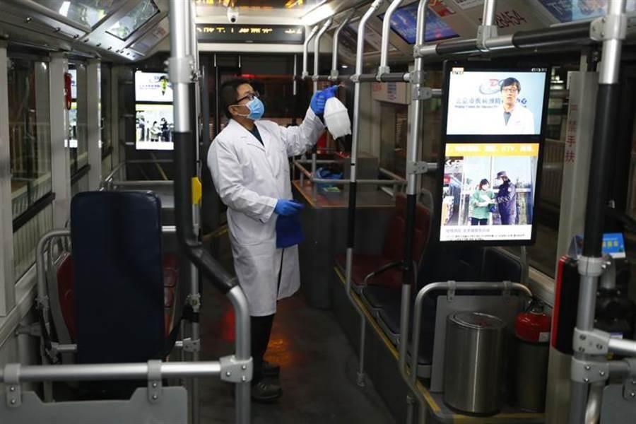 2月10日北京將迎來春節假期後的開工日,北京南站公交站員工2月9日晚為車輛消毒。(中新社)