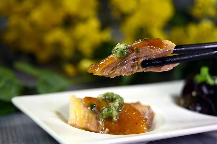 遠東〈香宮〉現今的〈油雞〉,肉質柔嫩中帶有彈性,且非常入味。(圖/姚舜)