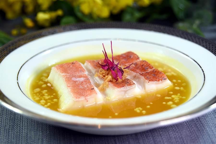 〈皇湯蛋白珠蒸星斑〉是以鮮濃醇厚的雞湯搭配星斑魚,位上呈盤帶著一股雅韻。(圖/姚舜)
