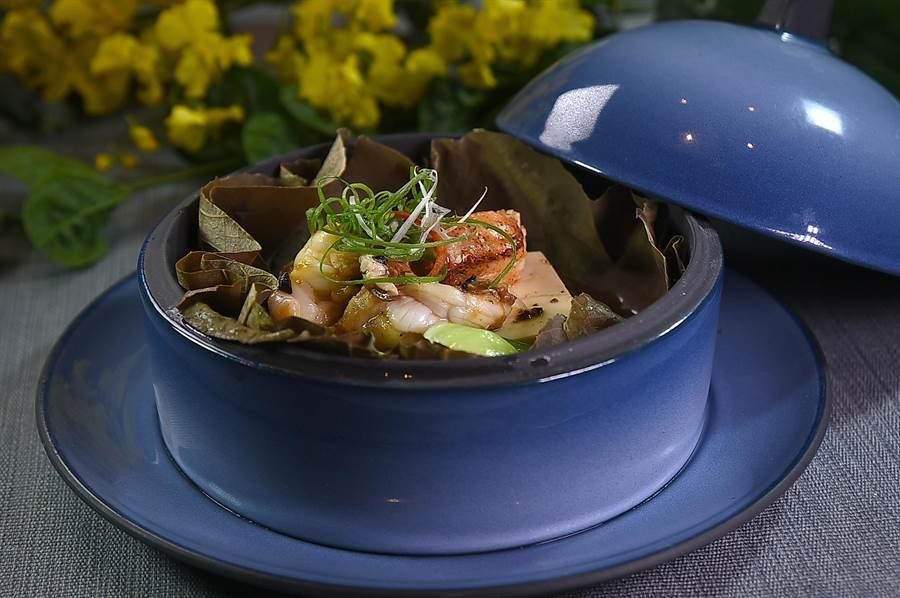 系出〈龍景軒〉的何競業接掌遠東〈香宮〉主廚,餐廳並全新添購了一批新的餐具器皿,使菜餚的型格再上提升。(圖/姚舜)