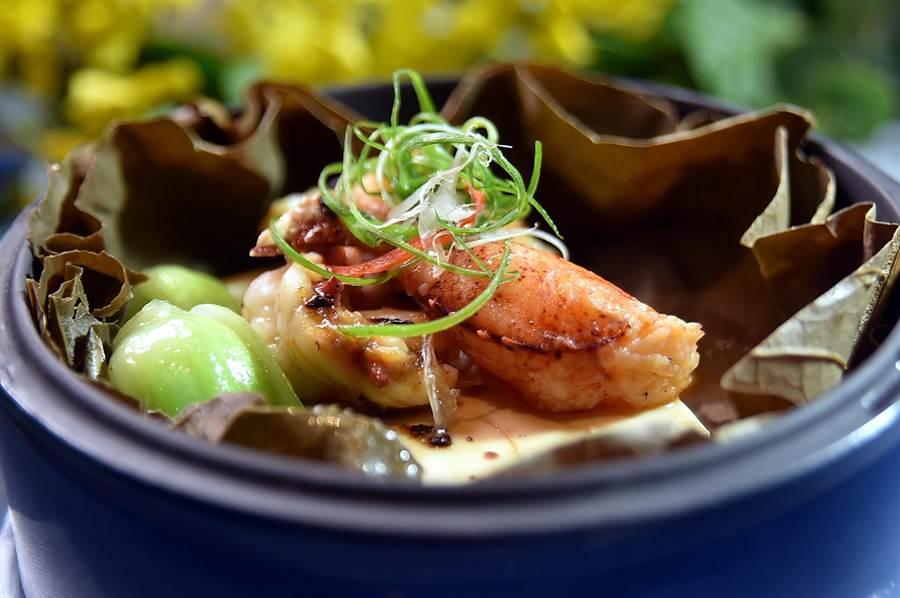 〈豉汁龍蝦蒸豆腐〉在藍紫色的陶瓷蒸籠中並襯了荷葉,上桌時會飄散一股淡香。(圖/姚舜)