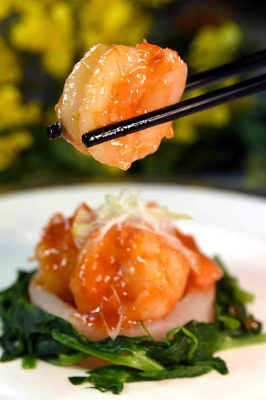 〈乾燒酒釀汁明蝦球〉是將明蝦在熱油中泡熟後,再在鍋中下了茄汁、豆瓣醬和酒釀快炒,成菜後風味甚好。(圖/姚舜)