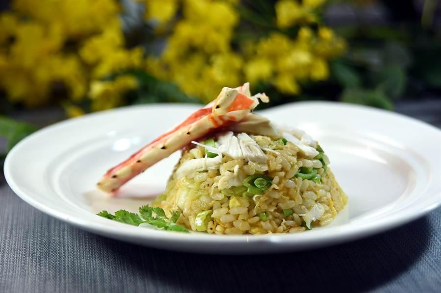又是蟹肉、又是蝦油的,這〈泰國蝦頭油阿拉斯加蟹肉炒飯〉單是看菜名就讓人垂涎了。(圖/姚舜)