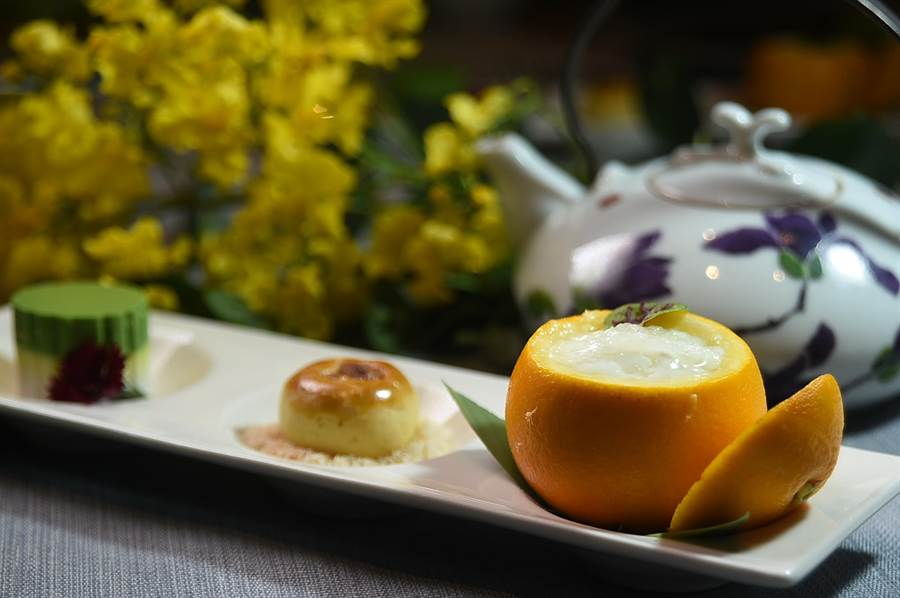 〈香橙燕窩燉奶〉、〈核桃酥〉與〈鴛鴦糕〉,此3款飯後甜品形色搭配很吸睛。(圖/姚舜)