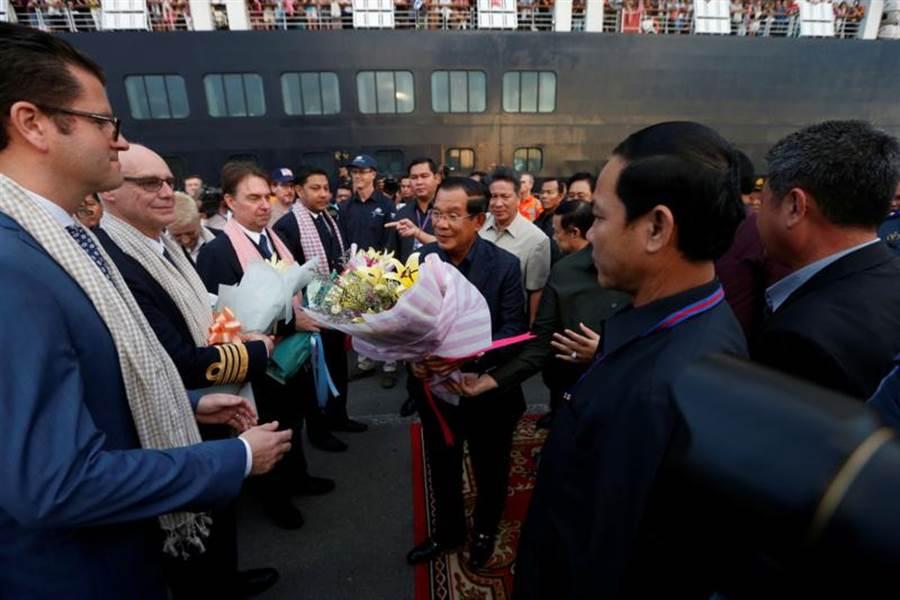 「威士特丹」號乘客與工作人員14日在柬埔寨下船,受到總理洪森歡迎。(路透)