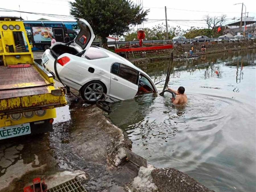 一名男子因熄菸不慎,開著百萬賓利轎車衝進淡水一處釣魚池內,被網友戲稱為最貴砲彈飛車。(翻攝臉書爆料公社)