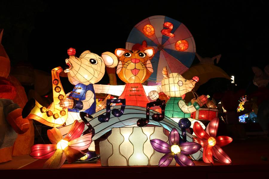 【特優作品介紹】這座「鼠與你的音樂派對」花燈,跳脫出刻板思維,老鼠與貓科的石虎也可以做好朋友,並用音樂派對的方式呈現樂隊演奏中的歡樂氛圍給大家,希望觀眾們能樂在其中。(台中市政府教育局提供/陳世宗台中傳真)