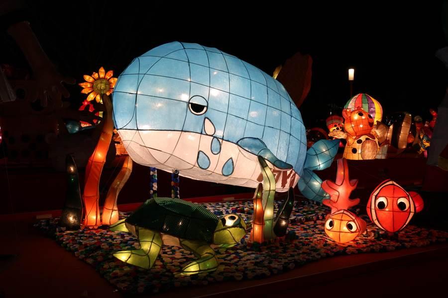 【特優作品介紹】這座「鯨愛海洋,有家可龜」的花燈,運用了生活中塑膠製品來創作花燈,期許大家正視環保的問題、共同守護美麗的海洋。(台中市政府教育局提供/陳世宗台中傳真)