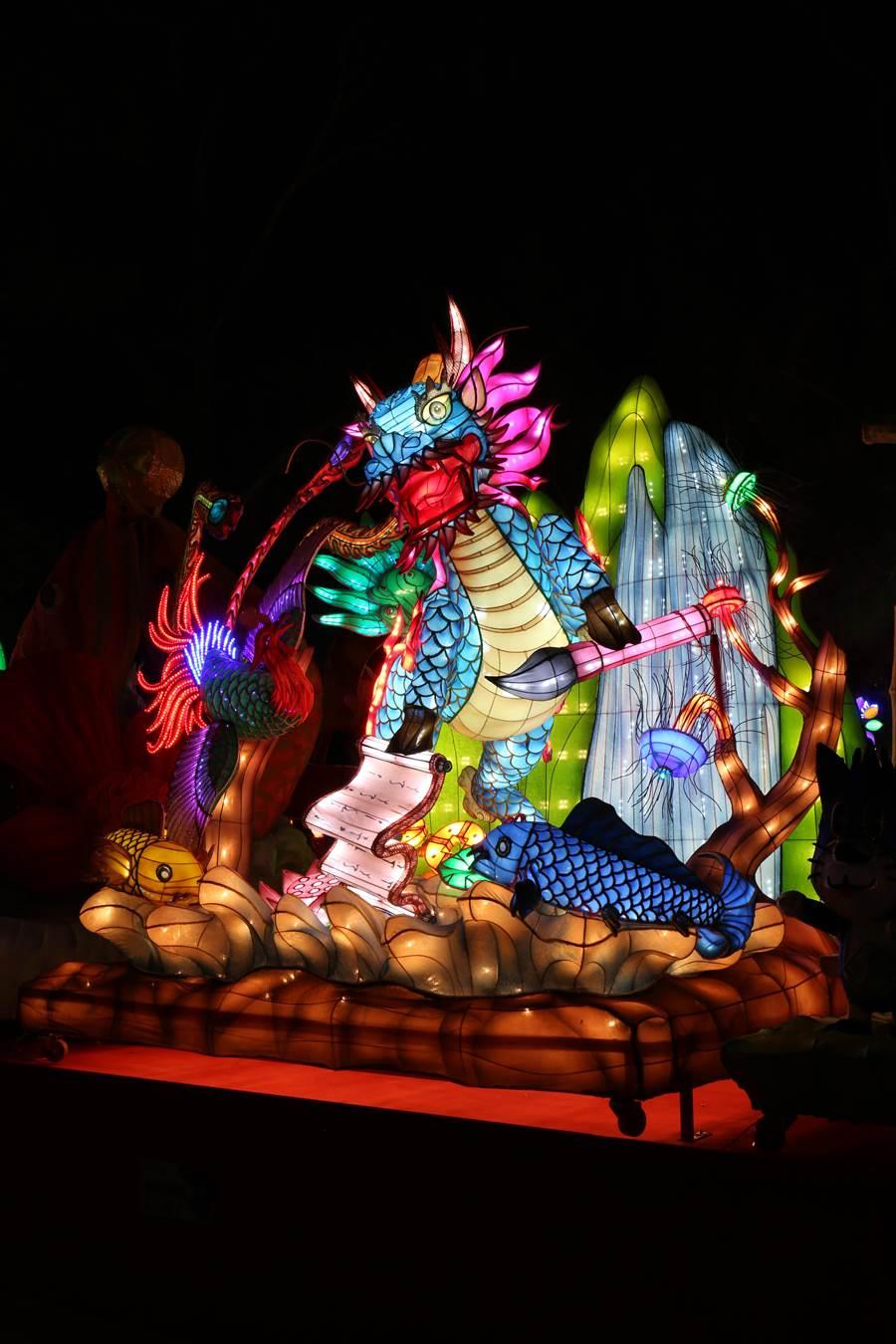 【特優作品介紹】這座「鳳麟天下護山河」的花燈,以中國古代傳說中之神獸「麒麟」與「鳳凰」為設計主要架構,有神獸降臨、威震四方、守護大地之寓意,大氣磅礡,將現代燈藝技法完美呈現。(台中市政府教育局提供/陳世宗台中傳真)