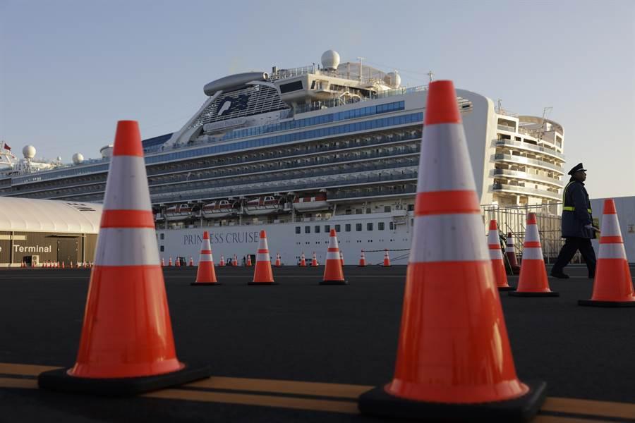 鑽石公主號遊輪爆發武漢肺炎疫情,日本政府決定讓年長旅客先下船,其中一名台灣男乘客同船的85歲父親確診,已由日方安排入院。圖為鑽石公主號。(美聯社)