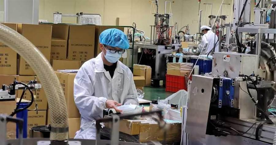 口罩工廠趕工。(圖/報系資料照)