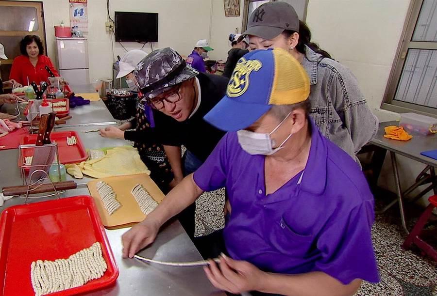 詹姆士(中)學習製作麻花捲。(八大提供)