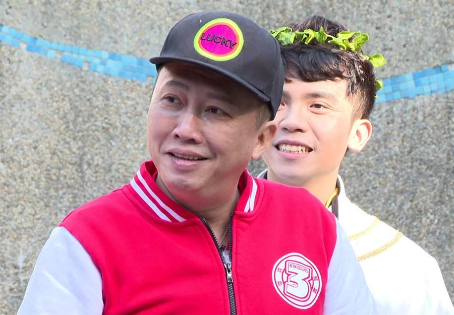趙正平(左)上場前報病號,右為黃豪平。(台視提供)