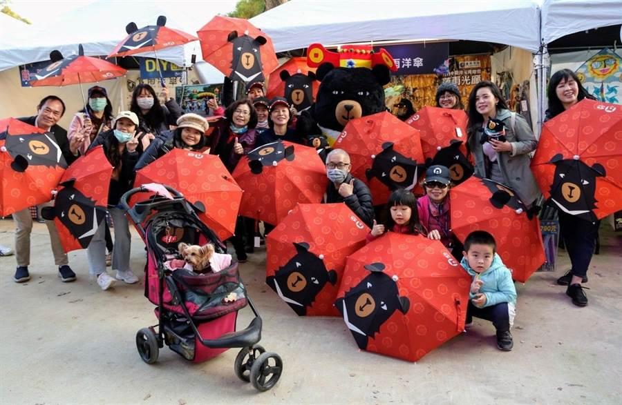 拍照上傳即可獲得喔熊LED燈會限定傘,每場次限量10支。(參山國家風景區管理處提供/陳淑娥台中傳真)