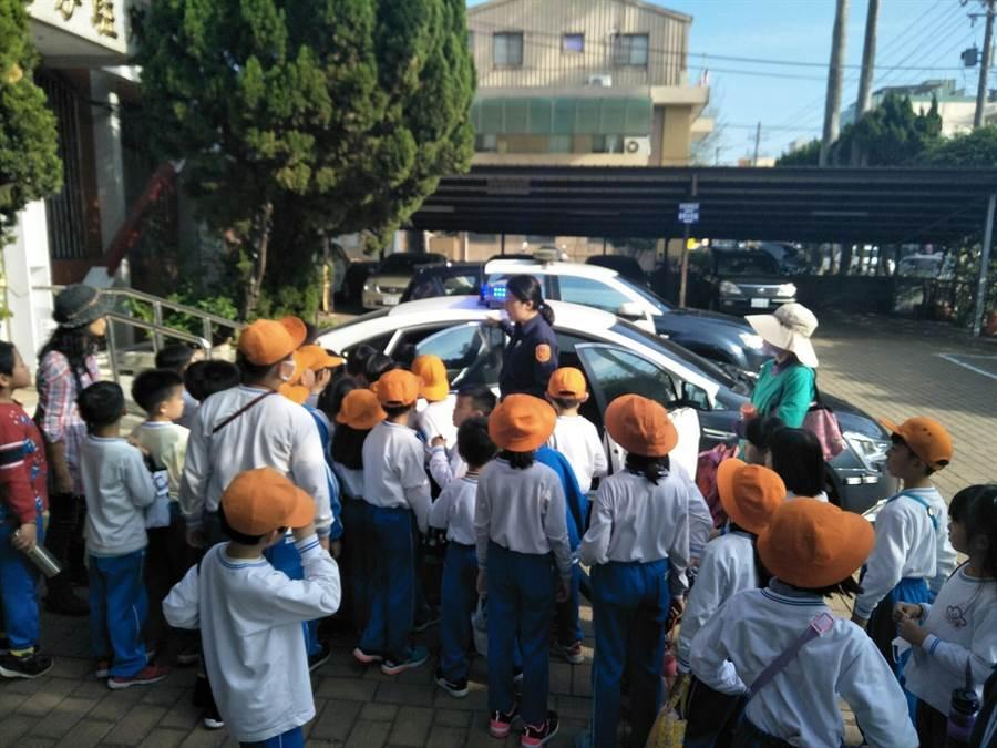 學童實際體驗穿戴警用裝備,每個人皆雀躍不已。(大甲警分局提供/陳淑娥台中傳真)