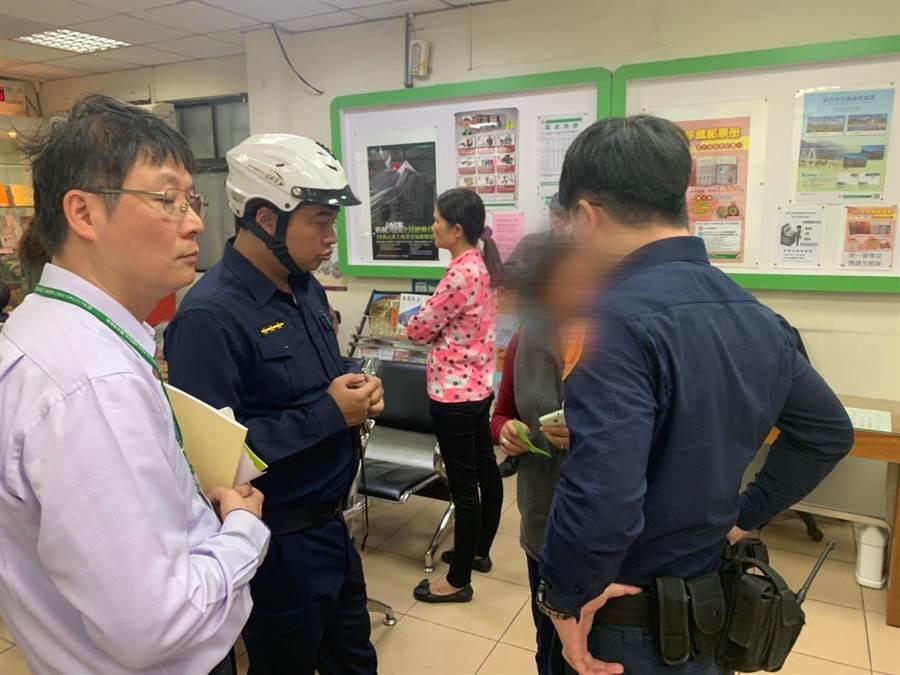 新北市中和警分局警員成功攔阻,避免65歲蘇姓婦人遭詐騙。(中和警分局提供/葉書宏新北傳真)