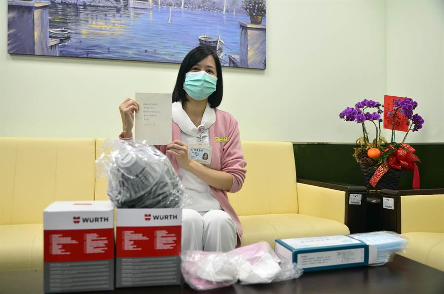 部立桃園醫院急診護理長黃欣萍日前上班時收到口罩及打氣的手寫信,讓她倍感溫馨。(賴佑維攝)