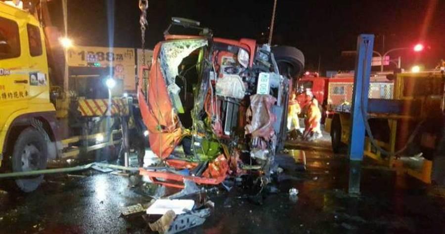 消防車遭拖板車攔腰撞擊,慘不忍睹。(圖/翻攝畫面)