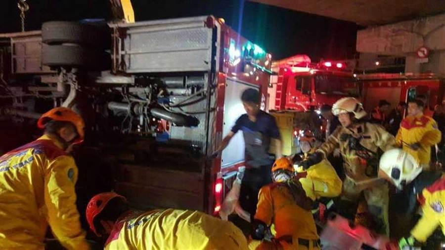 現場眾人齊力救助受傷隊員。(圖/翻攝畫面)
