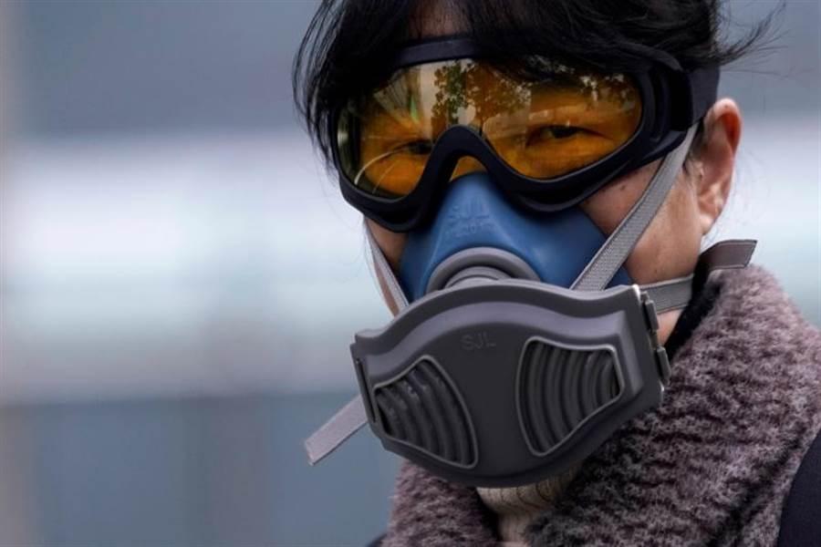 新冠肺炎疫情在全球蔓延,美國CDC認為,最後它會導致社區感染,圖為1名大陸婦女在上海地鐵站穿戴防疫口罩的畫面。(路透)