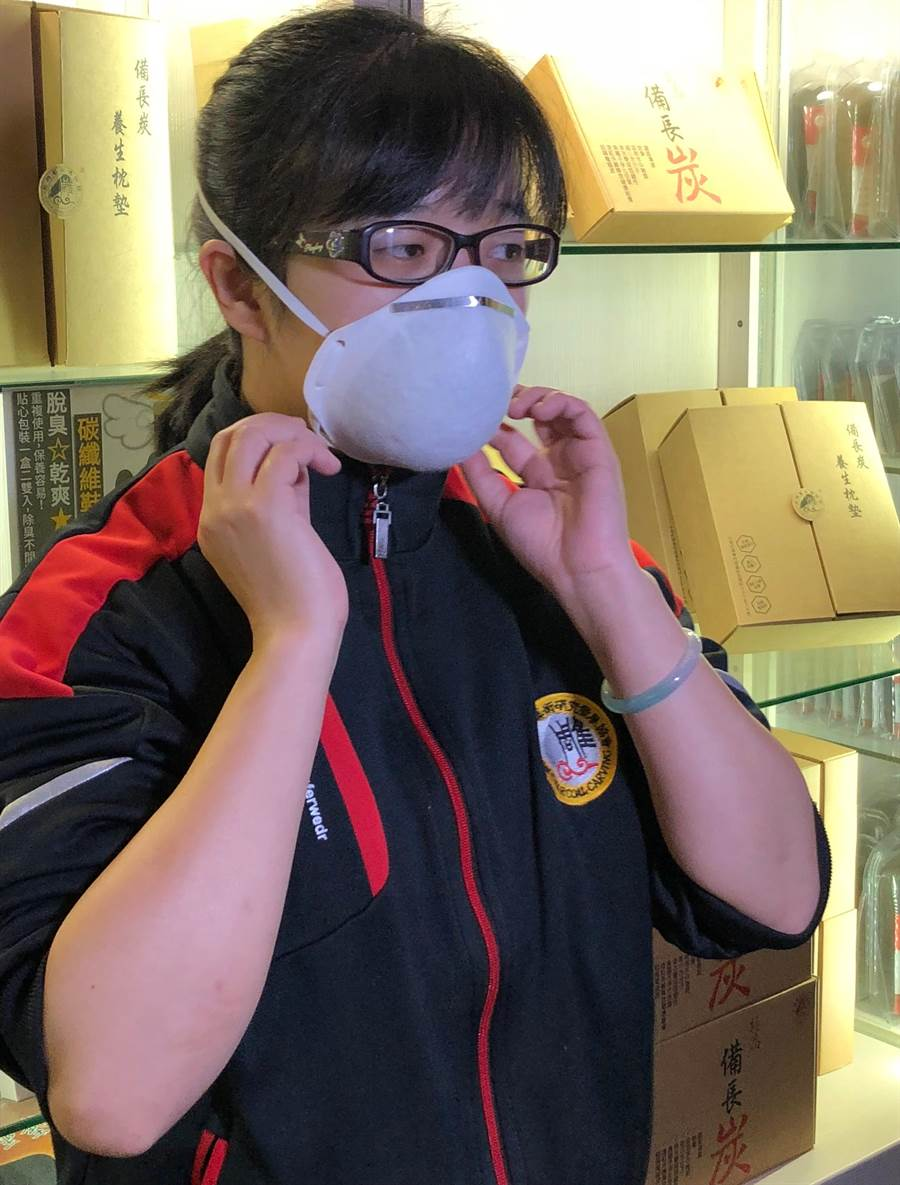 碳纖維口罩雖非醫療用口罩,但碳纖維可有效吸附異味和有毒氣體。(李金生攝)