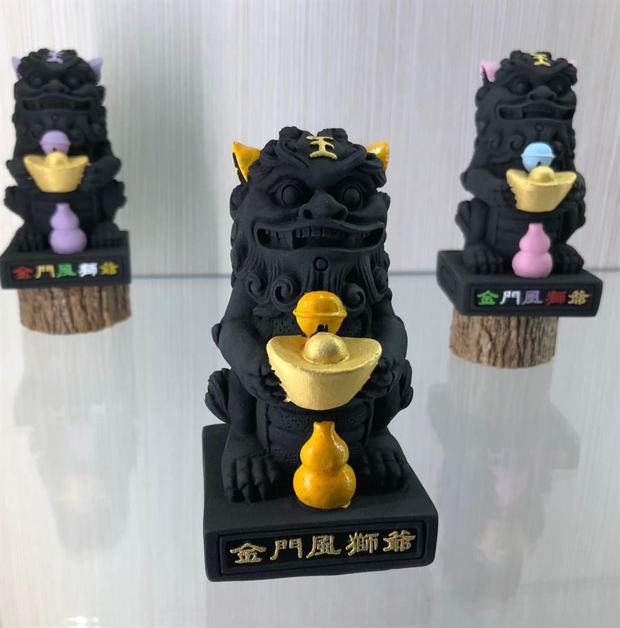 炭雕藝術博物館結合人文圖騰「風獅爺」的產品。(李金生攝)