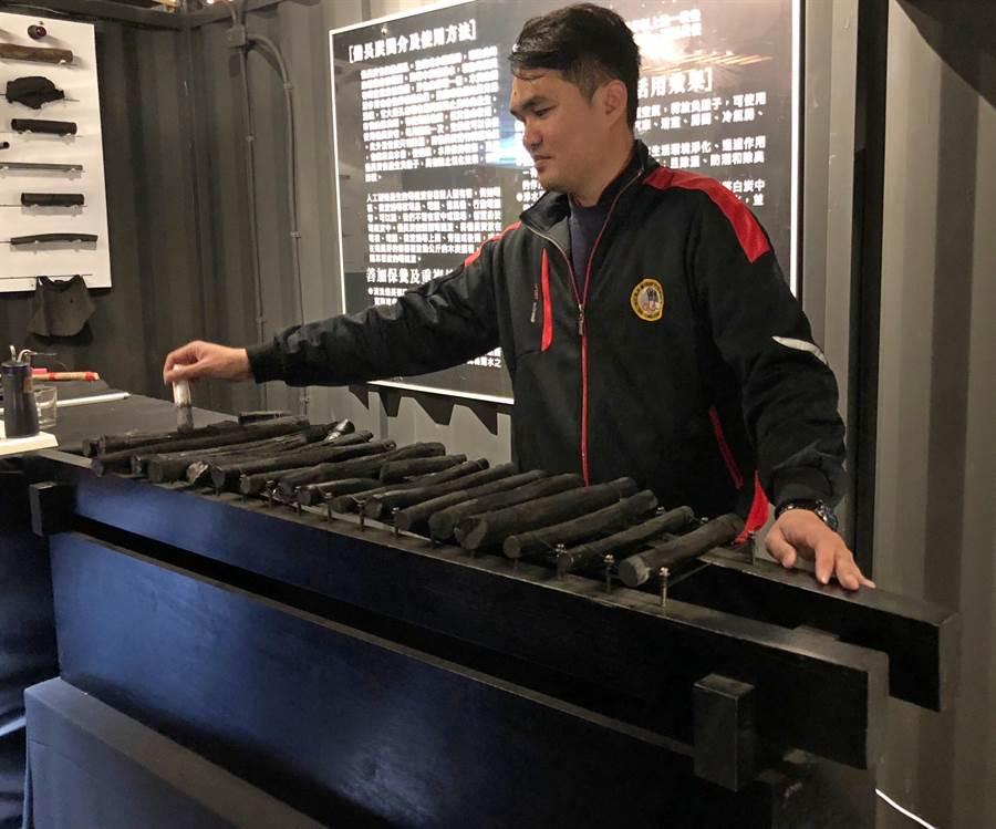 備長炭打造的「炭鋼琴」,敲打的聲音十分悅耳。(李金生攝)