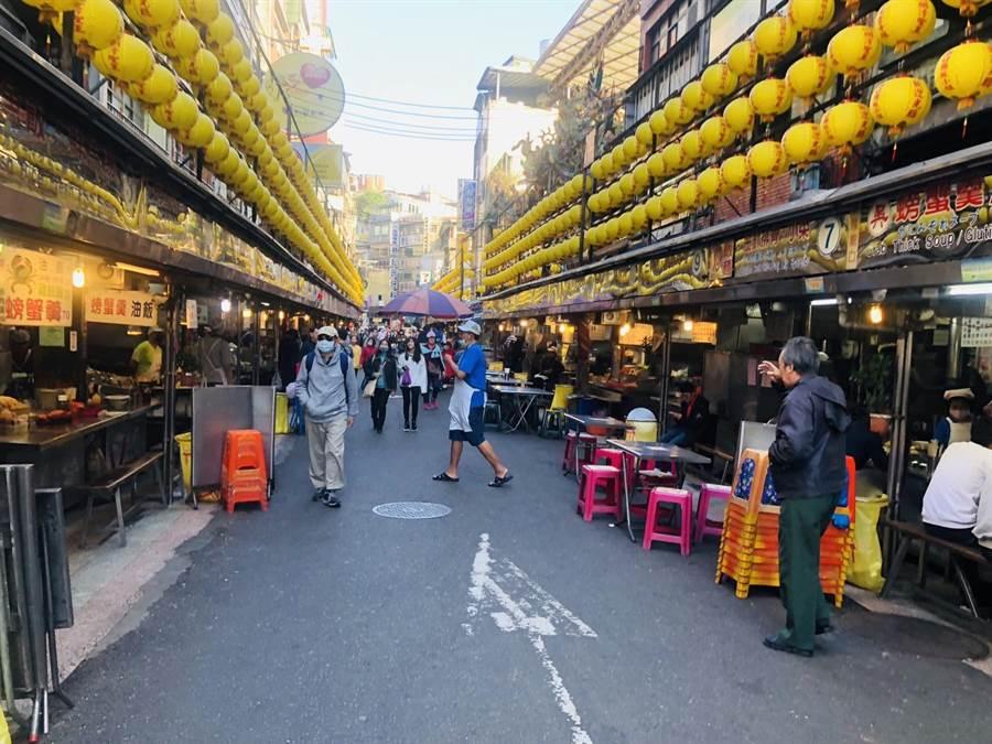 近來謠傳基隆廟口有攤商因接觸公主郵輪遊客而「中鏢」,造成當地生意一落千丈。(吳康瑋攝)