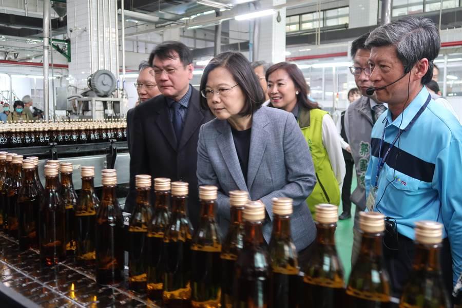 防疫酒精,總統:盼達一天20萬瓶目標。曾薏蘋攝