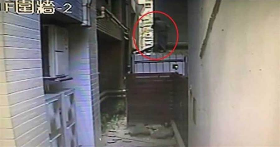 黃姓水電工充當蜘蛛人,從後巷攀爬進入偷走170多萬元。(圖/翻攝畫面,下同)